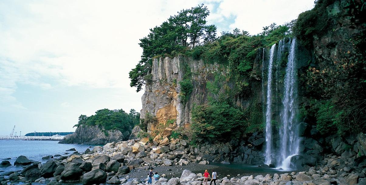 Водопад Чонбан 정방폭포